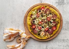 pizza fatta in casa appena sfornata foto