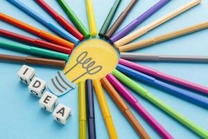 concetto di idea con penne colorate foto