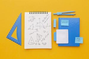 composizione di materiale scolastico vista dall'alto foto