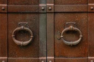 coppia di vecchie maniglie in ferro arrugginito foto