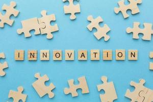 pezzi del puzzle con la parola innovazione nel mezzo foto