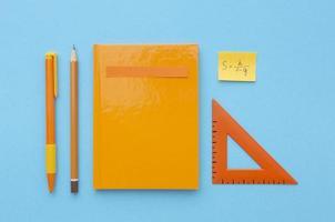 disposizione di materiale scolastico con copia spazio foto