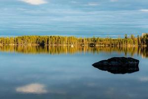 vista estiva da un piccolo lago in Svezia foto