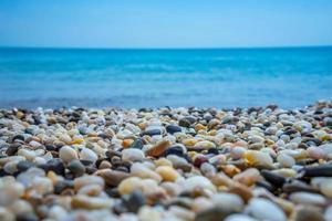 paesaggio marino. spiaggia di ciottoli nelle vicinanze di yevpatoria foto