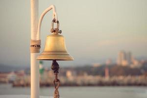 campana di mare su uno sfondo sfocato del paesaggio marino foto