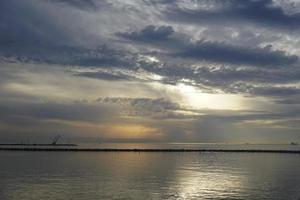 vista sul mare con un drammatico cielo serale. foto