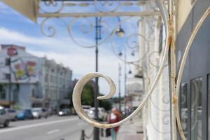 pizzo di metallo bianco su uno sfondo urbano sfocato. foto