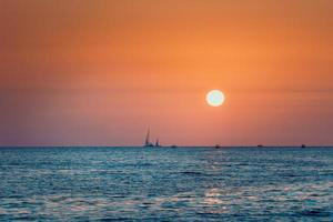 luminoso tramonto sullo sfondo del mare mare foto