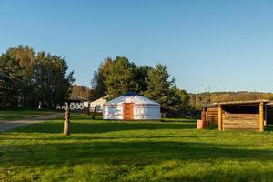 buryat yurte sullo sfondo di un paesaggio naturale. foto