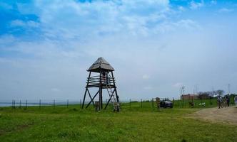 paesaggio con vista sulla torre di legno e turisti. foto