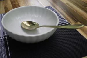cucchiaio d'oro in una ciotola foto