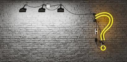 neon con punto interrogativo giallo su un muro di mattoni grigi con area di riflettori. copia spazio. Rendering 3D foto