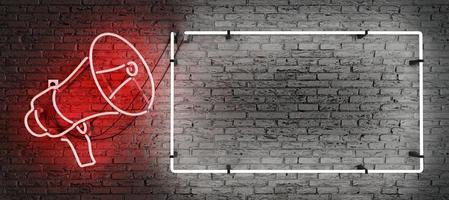 megafono al neon rosso e cornice vuota con spazio per il testo foto