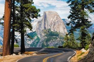 la strada che conduce al punto del ghiacciaio nel parco nazionale di Yosemite in California foto