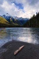 fiume di montagna nelle montagne rocciose canadesi della British Columbia foto