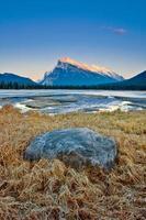 Mount Rundle nel Parco Nazionale di Banff, Canada al tramonto foto