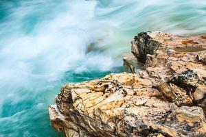 Primo piano del torrente e roccia nel parco nazionale di Marble Canyon Kootenay, Canada foto