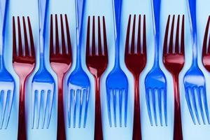 forchette di plastica blu e rosse foto