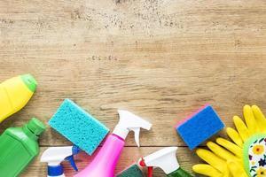 cornice vista dall'alto con prodotti per la pulizia su fondo in legno foto