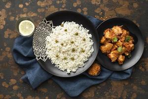 vista dall'alto piatti di carne di riso foto