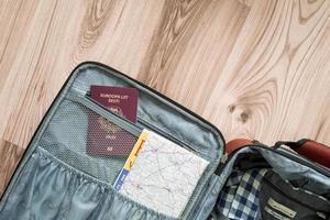 mappa e passaporto in valigia foto