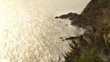 vista sull'oceano da una scogliera foto