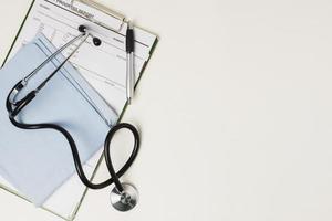 referto medico con attrezzatura medica foto