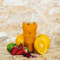 cocktail estivo con frutti tropicali foto