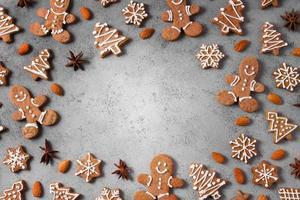 vista dall'alto assortimento di biscotti di panpepato foto