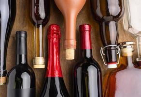 vista dall'alto di bottiglie di assortimento di alcolici foto
