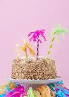 torta di compleanno divertente su sfondo rosa foto