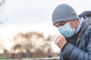 modo errato di starnutire o tossire foto