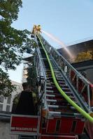 vigili del fuoco che estinguono un incendio foto