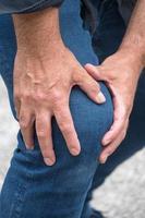 dolore al ginocchio duro foto