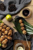 composizione piatta laica di delizioso bakso indonesiano foto