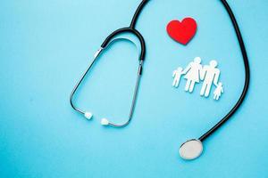 stetoscopio medico con carta tagliata famiglia. alta qualità e risoluzione bellissimo concetto di foto