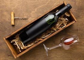 vista dall'alto bottiglia di vino in vetro con cavatappi. alta qualità e risoluzione bellissimo concetto di foto
