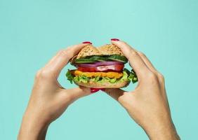 buonissimo hamburger con insalata di verdure. alta qualità e risoluzione bellissimo concetto di foto