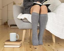 donna che indossa calze al ginocchio seduta poltrona. alta qualità e risoluzione bellissimo concetto di foto
