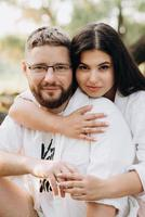 giovane coppia innamorata di un ragazzo con la barba e una ragazza con i capelli scuri in abiti leggeri foto