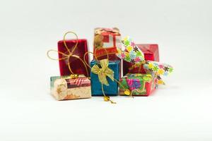 mucchio di scatole regalo isolato su sfondo bianco. foto