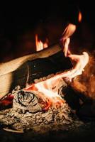 ardente fuoco ardente in un camino in pietra foto