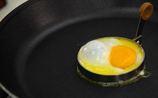 uovo fritto a colazione foto