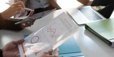 consulente aziendale asiatico incontro per analizzare e discutere la situazione sulla relazione finanziaria nella sala riunioni. consulente per gli investimenti, consulente finanziario e concetto contabile foto