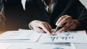 Close up uomini d'affari che si incontrano per discutere la situazione sul mercato. concetto finanziario aziendale foto