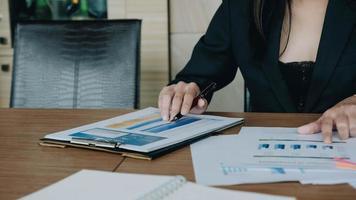 consulente di investimento dell'uomo di affari che analizza la dichiarazione di bilancio del rapporto finanziario annuale dell'azienda che lavora con i grafici dei documenti. immagine di concetto di affari, mercato, ufficio, tasse. foto