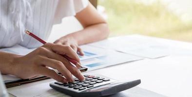 donna d'affari o contabile che lavora nel settore finanziario e contabile analizzare il bilancio finanziario - concetto di lavoro da casa foto