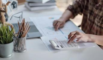 chiudere le mani della donna del manager finanziario prendere appunti quando si lavora sul rapporto foto