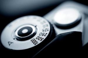 vista ravvicinata di un quadrante di fotocamera a pellicola d'epoca foto