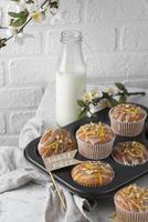 muffin ad alto angolo sul vassoio foto